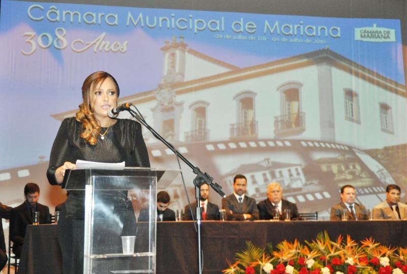 A vereadora Daniely Alves (PR) discursa em nome do legislativo.